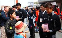 試合前に募金への協力を呼びかけるJ1大宮のFW播戸ら(右)選手たち=さいたま市大宮区、勝見壮史撮影