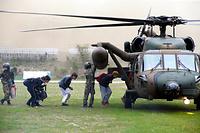 東海大学阿蘇キャンパスから自衛隊のヘリコプターで避難する学生たち=16日午後4時38分、熊本県南阿蘇村、遠藤啓生撮影