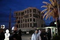 4階5階部分が崩れている宇土市役所庁舎=16日午前5時14分、熊本県宇土市、金子淳撮影