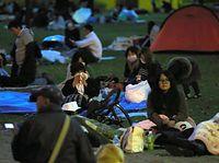未明の大きな揺れで公園に避難し、夜明けを待つ人たち=16日午前5時22分、熊本市中央区、青山芳久撮影