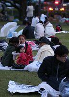 未明の大きな揺れで公園に避難し、夜が明けるまで待つ人たち=16日午前5時37分、熊本市中央区、青山芳久撮影
