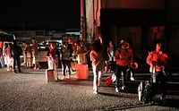 真夜中の地震でホテルの外に避難する観光客ら=16日午前2時1分、熊本県菊池市、内田光撮影
