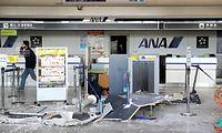 天井が崩落した熊本空港のターミナル=16日午前7時16分、熊本県益城町、西畑志朗撮影