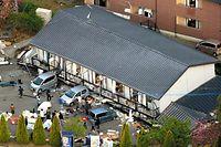 1階部分が押しつぶされたアパート=16日午前6時25分、熊本県南阿蘇村、朝日新聞社ヘリから、高橋雄大撮影