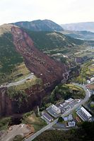 阿蘇大橋が崩落していた土砂崩れ現場=16日午前6時2分、熊本県南阿蘇村、朝日新聞社ヘリから、高橋雄大撮影