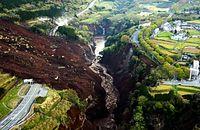 土砂崩れで阿蘇大橋(中央部分)が崩落していた=16日午前6時3分、熊本県南阿蘇村、朝日新聞社ヘリから、高橋雄大撮影