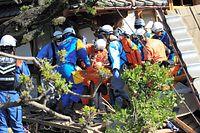 倒壊した家屋から救出された女性。意識ははっきりしているという=16日午前8時45分、熊本県益城町、内田光撮影