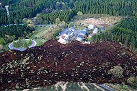 住宅が並ぶ地区に土砂が流れ込んでいた=16日午前6時44分、熊本県南阿蘇村、朝日新聞社ヘリから、高橋雄大撮影