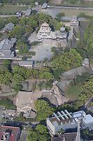 16日未明の激しい地震で、手前の石垣などがさらに崩れた熊本城=16日午前7時40分、熊本市、朝日新聞社ヘリから、河合真人撮影