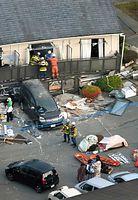 倒壊したアパートでは救出活動が行われていた=16日午前6時25分、熊本県南阿蘇村、高橋雄大撮影