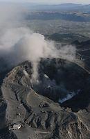 火口から噴煙を上げる阿蘇山=16日午前7時18分、朝日新聞社ヘリから、高橋雄大撮影