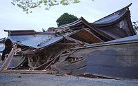 国の重要文化財に指定された阿蘇神社の楼門が倒壊した=16日午前5時42分、熊本県阿蘇市一の宮町、尾立史仁撮影