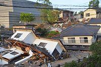 多くの家屋が倒壊していた=16日午前6時48分、熊本県益城町寺迫、籏智広太撮影