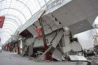 健軍商店街のアーケードの一部が崩壊=16日午前10時3分、熊本市東区、比留間陽介撮影