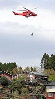 ペンションが多く立ち並ぶ地区では土砂崩れで道路が寸断され、ヘリコプターによる救助活動が行われていた=16日午後1時31分、熊本県南阿蘇村、長島一浩撮影