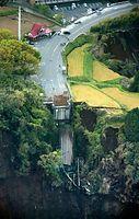 阿蘇大橋が崩落し、国道325号が途切れていた=16日午前6時1分、熊本県南阿蘇村、朝日新聞社ヘリから、高橋雄大撮影