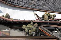 倒壊した住宅を一軒一軒巡回して、救助の必要な人がいないか調べる自衛隊員ら=16日午後2時13分、熊本県南阿蘇村、西畑志朗撮影