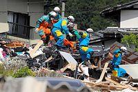行方不明者の捜索中に緊急地震速報が出され、作業を中断して避難する警察官ら=16日午後2時27分、熊本県南阿蘇村、西畑志朗撮影