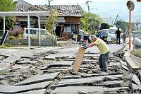 地震でアスファルトがひび割れた道路=16日午前、熊本県益城町福富、日吉健吾撮影