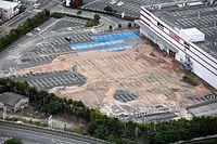 液状化現象が起きたとみられる大型スーパーの駐車場=16日午後2時58分、熊本県嘉島町、朝日新聞社ヘリから、白井伸洋撮影