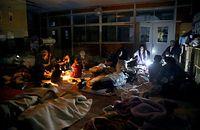 停電で電気が消える中、懐中電灯の明かりを頼りに過ごす人たち=16日午後7時13分、熊本県益城町の広安小学校、金川雄策撮影