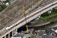 九州新幹線が脱線した現場では、クレーン車が1台だけ作業にあたっていた=16日午後3時8分、熊本市西区、朝日新聞社ヘリから、白井伸洋撮影