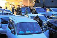 余震や雨に備えて、避難場所の駐車場で車中泊する人たち=16日午後6時55分、熊本県益城町、内田光撮影
