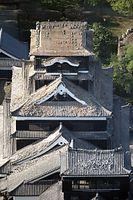未明の地震で、熊本城の屋根に残っていた瓦もほとんどが落ちた=16日午前7時39分、熊本市、朝日新聞社ヘリから、河合真人撮影