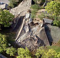 熊本城では石垣が大きく崩れ、国指定重要文化財の東十八間櫓(やぐら)と北十八間櫓が倒壊した=16日午前7時42分、熊本市、朝日新聞社ヘリから、河合真人撮影
