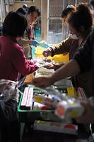避難所で炊き出しの準備をする人たち=17日午前8時32分、熊本県西原村の山西小学校、金川雄策撮影