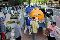 熊本市役所前の給水所には長い列ができた=17日午前9時7分、熊本市、金子淳撮影