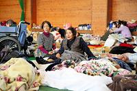 避難所で余震に身構える人たち=17日午前8時58分、熊本県西原村の山西小学校、金川雄策撮影