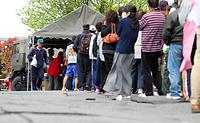 町総合体育館では、自衛隊のおにぎりの炊き出しに多くの被災者が並んだ=17日午前10時25分、熊本県益城町、青山芳久撮影