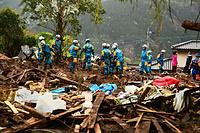 土砂災害のあった現場で捜索をする大阪府警の広域緊急援助隊=17日午前10時13分、熊本県南阿蘇村立野、渡辺元史撮影