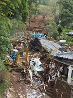土砂災害のあった現場で捜索をする大阪府警の広域緊急援助隊=17日午前10時57分、熊本県南阿蘇村立野、坂本泰紀撮影