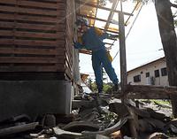 倒壊や半壊した家屋を一軒一軒回り、取り残された人がいないか確認する警察官=17日午前9時37分、熊本県益城町、青山芳久撮影