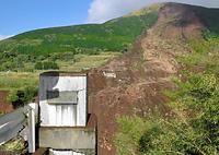 阿蘇大橋があった場所には欄干の一部だけが残っていた=17日午前8時46分、熊本県南阿蘇村、長沢幹城撮