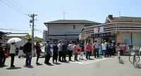 営業しているコンビニエンスストアには長い行列ができていた=17日午前11時42分、熊本市中央区、金子淳撮影