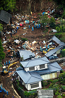 土砂崩れで倒壊した家屋を捜索する警察官ら=17日午前10時3分、熊本県南阿蘇村立野、朝日新聞社ヘリから、河合真人撮影