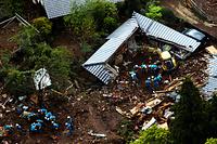 土砂崩れで倒壊した家屋を捜索する警察官ら=17日午前10時6分、熊本県南阿蘇村立野、朝日新聞社ヘリから、河合真人撮影