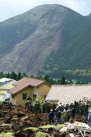 行方不明者の捜索をする自衛隊員ら。奥は南阿蘇村立野の土砂崩れ現場=17日午後2時9分、熊本県南阿蘇村の高野台地区、長沢幹城撮影