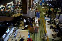 多くの避難者であふれる熊本市役所1階のロビー=17日午前9時10分、熊本市中央区、金子淳撮影