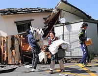 倒壊した自宅から着物を運び出す女性は「もっと取り出したいものがあるけど、余震もあるし、怖くてどうしようもないですね」と話していた=17日午前9時45分、熊本県益城町、内田光撮影