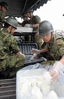 おにぎりを作る自衛隊員ら=17日午前10時、熊本県益城町の町総合体育館、浜田祥太郎撮影