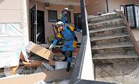 倒壊した家屋を一軒一軒巡回して、取り残された人がいないか確認する警察官ら=17日午前9時31分、熊本県益城町、青山芳久撮影