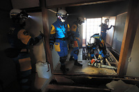 1階部分が潰れたアパートで、2階の床をはがして行方不明者がいないか捜索する愛知県警広域緊急援助隊=17日午後4時58分、熊本県益城町、内田光撮影