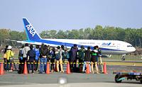報道陣が待ち構えるなか、再開後の熊本空港に着陸した一番機=19日午前7時40分、熊本県益城町、森井英二郎撮影