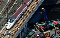 脱線からの復旧作業が進む九州新幹線=19日午後0時13分、熊本市西区、朝日新聞社ヘリから、森下東樹撮影