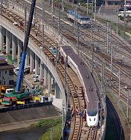 脱線からの復旧作業が進む九州新幹線=19日午後2時7分、熊本市西区、朝日新聞社ヘリから、上田幸一撮影