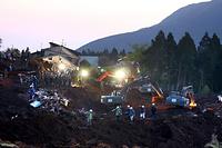 投光器で地表を照らし、捜索活動が続いた=19日午後7時5分、熊本県南阿蘇村、遠藤啓生撮影